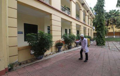 Trường CĐN Việt Xô số 1 phòng dịch Corona và dịch cúm;  Cán bộ giáo viên được kiểm tra thân nhiệt trước khi vào trường