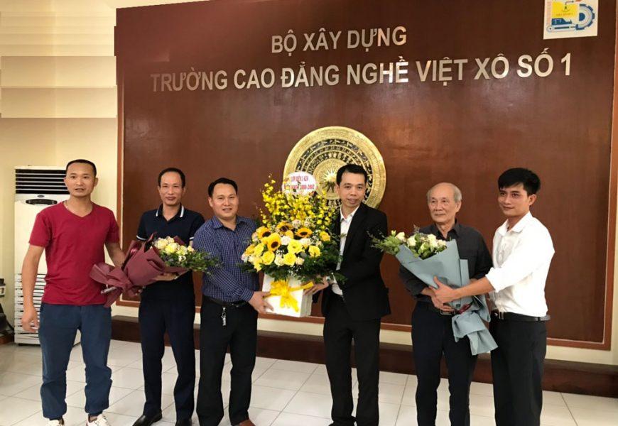 Cựu HSSV lớp Điện công nghiệp 1 - K24 về thăm nhà trường và tri ân thầy cô giáo